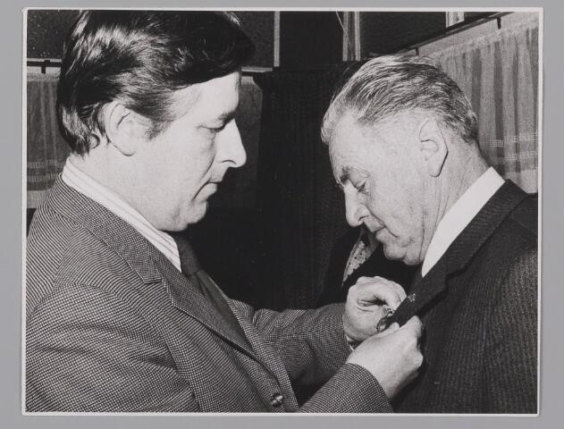 083414 - Onderscheiding voor A. Schoenmakers (rechts)
