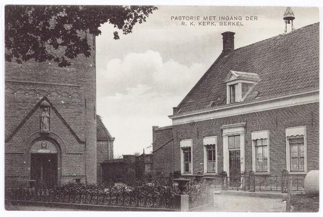 061901 - De R.K. kerk en de pastorie van de parochie van de H. Willibrordus aan de St. Willibrordstraat