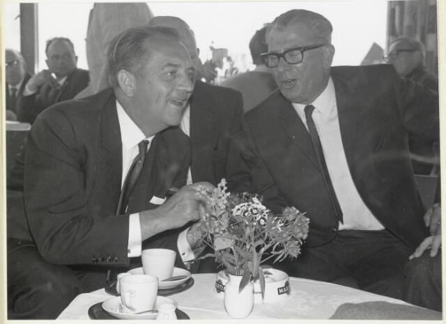 """91705 - Made en Drimmelen. Genodigden in gesprek met een kopje koffie bij  de officiële opening van de nieuwe Jachthaven """"De Biesbosch"""". Rechts Jos de Zeeuw."""
