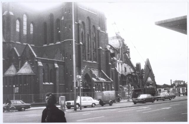 020090 - Sloop van de kerk van het Heilig Hart, parochie Noordhoek, in 1975. De kerk werd gebouwd in 1897/1898 naar een ontwerp van dr. P.J.H. Cuypers