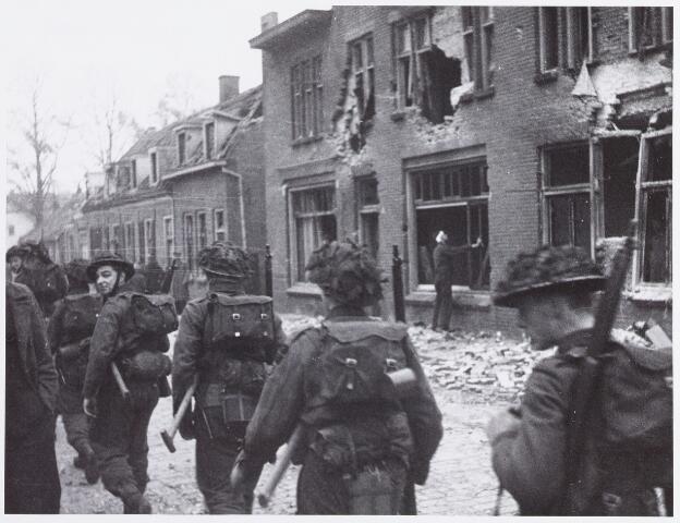 057735 - Tweede wereldoorlog. Bevrijding. Pastoor van Beugenstraat. Engelse militairen trekken door Oisterwijk.