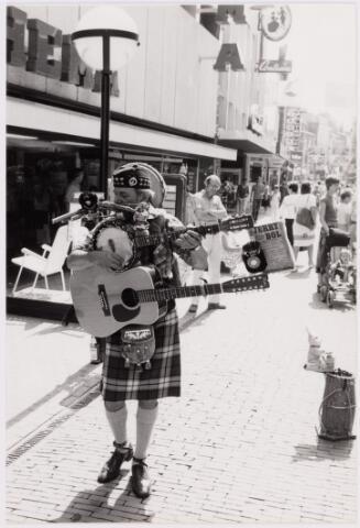 049398 - Muziek. De Schotse straatmuzikant Jerry Bol in de Heuvelstraat.