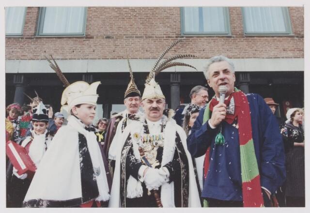 081898 - Rijen Carnaval 1990. Op de foto de prins Tiny vd Velden met rechts burgemeester Aarts