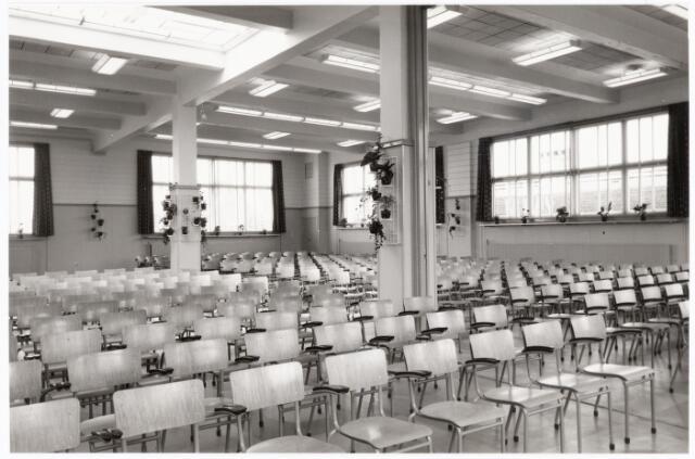 """038675 - Volt. Zuid. Bedrijfsrestaurants. De kantine aan de Voltstraat ( gebouw B) is gebouwd in 1919. Deze z.g.n. """"grote kantine"""" besloeg de bovenverdieping van dat gebouw en werd voor vele doeleinden gebruikt. Alle verenigingen maakten er gebruik van. Lange tijd werden er ook gymnastieklessen gegeven voor leden van de Gymnastiek vereniging Volt. Ook de St Nicolaas- vieringen en vertel-middagen door Mw.Pim Siegers voor de jeugd vonden hier plaats. Waarschijnlijk i.v.m. de viering van het 50 jarig bestaan van Volt in 1959 werd een fikse renovatie uitgevoerd. Het zag er toen uit zoals op deze foto.  Hier is het lokaal ingericht als auditorium. Deze kantine kende nooit de status van bedrijfsrestaurant. Sinterklaas. Sint Nicolaas."""