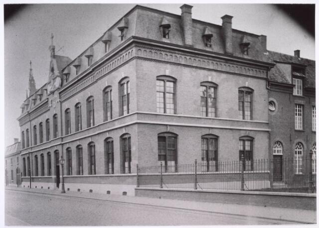 018655 - Moederhuis van de fraters aan de Gasthuisstraat (nu Gasthuisring) anno 1892. Het werd in 1971 gesloopt