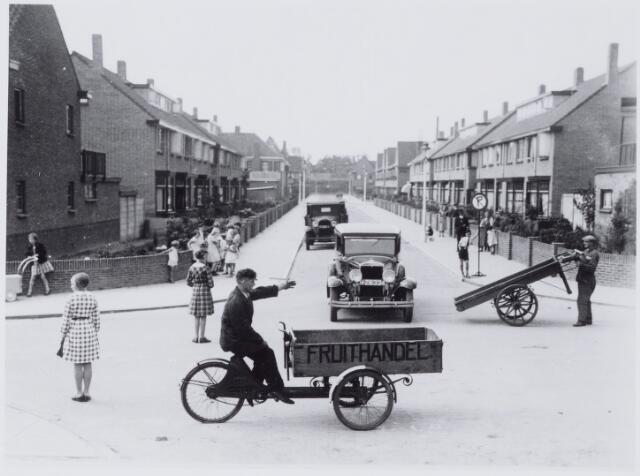 050011 - Verkeersles in de wijk Armhoefse Akkers. Foto uit ´Je Taalboek´ van frater Victor van Nispen.