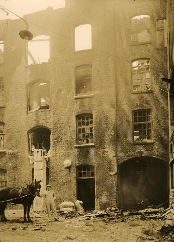 091943 - De Coöp. Meelfabrieken van de firma A.C. van Loon & Zn. aan de Spoorlaan na de grote fabrieksbrand, die ook de Tilburgsche Kamgarencentrale in de as legde.