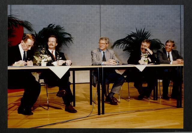 """91277 - Made en Drimmelen. De commissaris van de Koningin in Noord-Brabant (1987-2003) de heer Houben (links) en de heer J. Elzinga (rechts), burgemeester van Made (1990-1997)  tijdens de officiële opening van het  Sociaal Cultureel Centrum """"De Mayboom"""" in Made."""