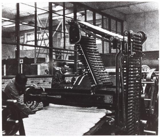 052190 - Onderwijs. Textielschool. 1935 het kaarden van de wol in de spinnerij.