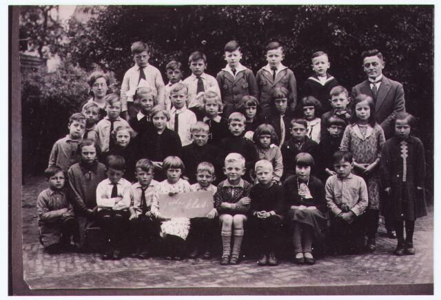 063760 - Basisonderwijs. Klassenfoto van juffrouw Kuiken uit 1932. Onderste rij v.l.n.r. Jan v. Baast (Gerd zn.), Sjaan v. Baast (Gerard dt), Jo Schoonings (Cees zn.), Pietje Schoonings (Cees zn), Bertha Schoonings (Cees dt), Cor v. Turnhout, Edt Swagemakers, Willie Hogendoorn, Corrie Hogendoorn, Harrie v. Baast; 2e rij: Wout van de Wouw, Corrie Schellekens, An Schellekens, Ries Schellekens, Jo Schellekens, Corrie v. Rijsewijk, Ries v. Rijsewijk, Lenie Pijnenburg, Riet v.d. Wouw, Anneke v. Baast (Gerard dt); 3e rij Jan Schilders, Jo Schilders, Sjaan Vugs, Wim Vugs, Mia Vugs, Marina v. Rijsewijk, Miet v. Rijsewijk, Regine v. Rijsewijk, Wim Pijnenburg; 4e rij Juffr. Kuiken, Tinus Wolfs, Jan Wolfs, Henk Wolfs, Jan v. Zeeland, Henk v. Zeeland, Martien v. Zeeland en meester v. Zeeland.
