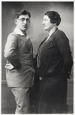 604542 - WOII; WO2; Klara Hertz-Dahl (rechts), werd geboren op 15 december 1886 in Bielefeld (Duitsland) en overleed op 14 mei 1943 in het concentratiekamp Sobibor, Polen.  Erich Hertz (links), werd geboren op 22 augustus 1913 in Kleef (Duitsland) en overleed op 5 april 1943 in Vught.  Het gezin Hertz was begin oktober 1842 ondergedoken en werd op 31 maart 1943 in Tilburg gearresteerd.  De groep joden die in Tilburg ondergedoken waren viel uiteen in twee groepen: zij die van elders kwamen (vooral Amsterdam) en de Tilburgse ondergedokenen. De indruk was dat de Tilburgse politie zich passief opstelde en niet actief naar hen zocht. Zeven van de zeventien gear-resteerde voortvluchtigen vielen de politie door een tragisch toeval in de hand. Van die zeventien mensen kwamen er acht uit Amsterdam, één uit Deventer en acht uit Tilburg. Geen van de acht Tilburgers overleefden de deportatie