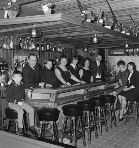 1237_013_026_005 - Café De Tamarinde aan de Ringbaan Oost. Familiefoto met onder andere Harrie de Cock, Marian en dochter Truus.