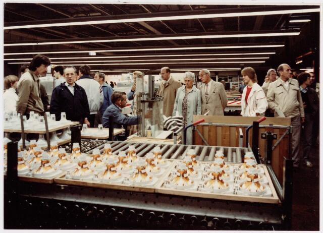 050158 - Volt. Noord. Jubileum 75 jaar Volt. Open dag op 15 september 1984. De productie- en of fabricage afd. Deflectie Units in gebouw NB kreeg ook veel belangstelling zoals hier bij het soonen van comablikjes op het frame van de 30Ax unit.