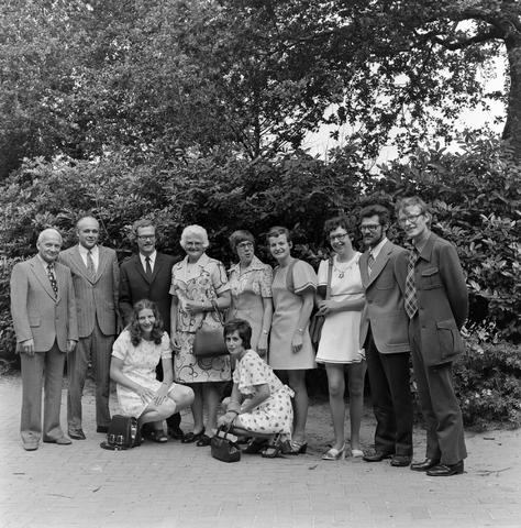 1237_006_246-4_007 - Kerk. Religie. Heilige mis. Katholiek.  Groepsfoto na afloop van de moderne wijding van Pater J. Wijnen door bisschop Bluyssen in juni 1973.