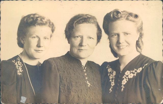 651859 - Familie Van Puijfelik, Tilburg. In het midden mevrouw Marja Cornelia Van Puijfelik  - Oostelbos (1891 - 1972) met haar twee dochters. Links van haar Cornelia Petronella Maria Josephina; Corrie van Puijfelik (1917 - 2003) en rechts Adriana Arnolda Anna Maria van Puijfelik; Sjaan (1920 - 1999).