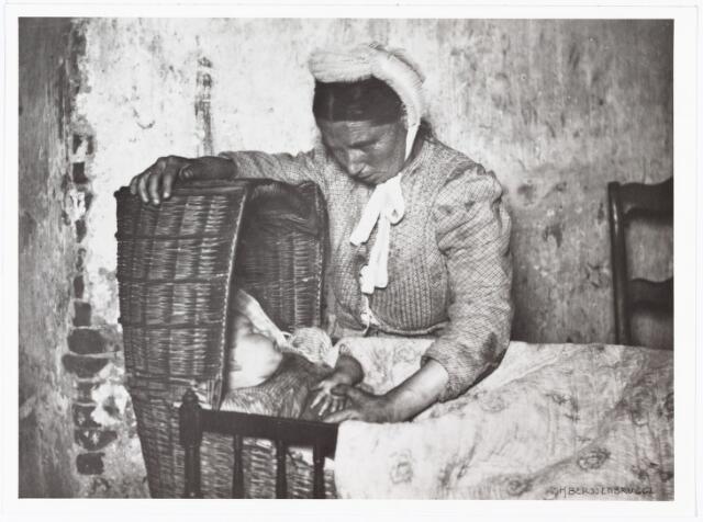 008501 - Moeder met kind in rieten wieg, gefotografeerd door Henri Berssenbrugge (1873-1959) in 1903.