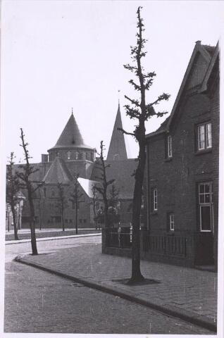 022748 - Horversplein, voorheen Schaepmanplein,  met op de achtergrond de kerk van de parochie Theresia