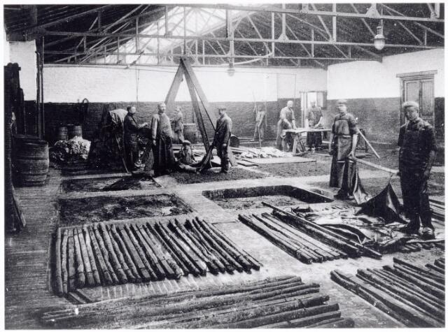 038444 - Nijverheid. Schoen- en leerindustrie. Interieur van N.V. J. van Arendonk's schoen- en lederfabrieken afdeling laverij