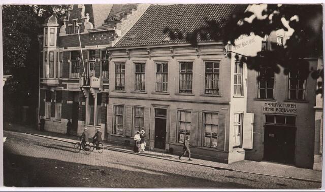 """030970 - Wandelende en fietsende passanten. Bedrijfsingang """"Manufacturen Henri Boelaars"""". Zomerstraat 44 (naar het ontwerp van architect- wethouder Leo J. Goyaerts.)"""