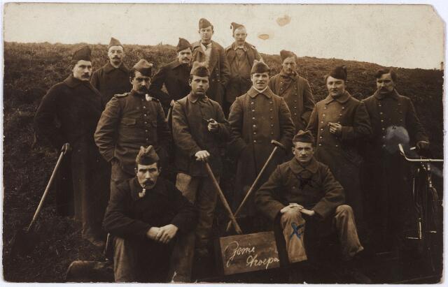 012080 - Nederlandse Genie-troepen tijdens de Eerste Wereldoorlog, waarschijnlijk in de buurt van IJmuiden. Zittend rechts: Kees van OIRSCHOT (Veghel 1896-Tilburg 1964), die trouwde met Cato Remmers.