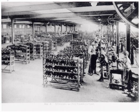 038421 - Nijverheid. Schoen- en lederindustrie. Interieur van N.V. J. van Arendonk's schoen- en lederfabrieken afdeling A schuur- en poetsinrichting