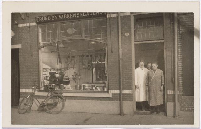 011992 - Rund-en Varkensslagerij van Piet Pijnenburg en zijn vrouw Trees Stokkermans aan het Julianapark nummer 74. In de deur in het midden Piet, links zijn vrouw Trees. Foto jaren dertig.