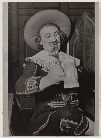 100225 - Toneel. Ad van Bekhoven bij een toneeluitvoering ter gelegenheid van de harmoniefeesten 9, 10 en 11 juni 1934