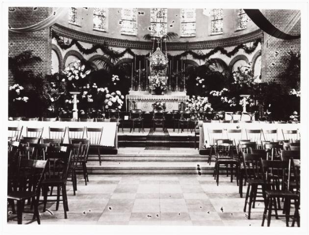 010025 - Bij gelegenheid van het 12½-jarig bestaan van parochie Hoefstraat is in de kerk een zang- en orgelconcert gegeven, waartoe de stoelen in de kerk in achterwaartse richting zijn geplaatst.