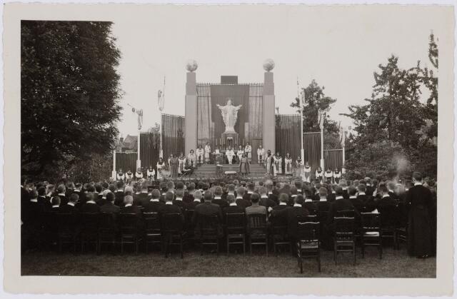 103954 - Toneel. 'Het grote schouwtoneel der wereld' opgevoerd op sacramentsfeest op 29 mei en 1 juni 1934 door Fraters-Toneel.