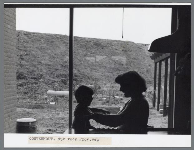 102661 - Nieuwbouw. Plan Strijen. Achterzijde woningen. Moeder kleedt haar peuter aan.