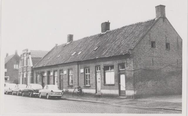 082548 - Rijen, Stationsstraat. De onbewoonbaar verklaarde woningen zijn allemaal gesloopt. Tot voor kort was Garage van Dorst hier gevestigd. Inmiddels wordt er een appartementsgebouw neergezet