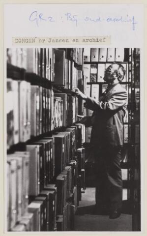 085168 - Dongen.de heer Jansen in archief. Vermoedelijk tijdens verhuizing gemeentearchief naar Tilburg i.v.m. verbouwing gemeentehuis.