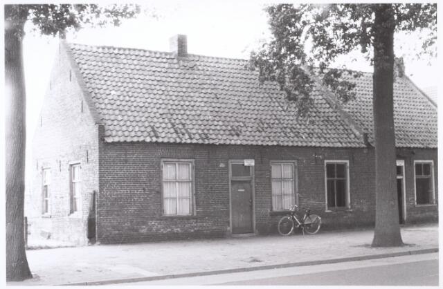 016170 - Onbewoonbaar verklaarde woningen aan de Bredaseweg anno 1962