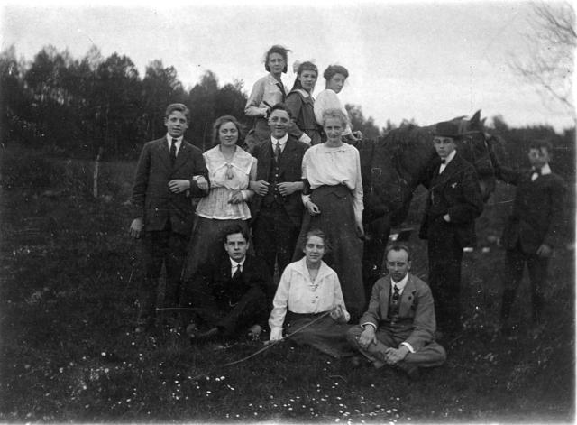 1709_0039 - Groepsfoto. Jongelui bij een paard. Vrienden van Harry Franken tijdens zijn HBS dagen. Familie Franken-Donders