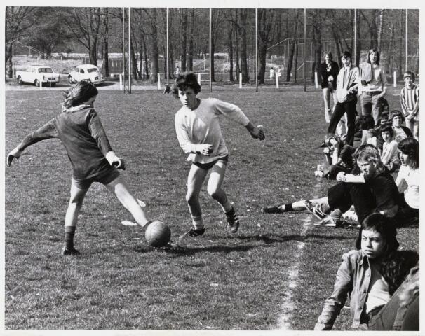 101433 - Sport. Schoolvoetbal. Wedstrijd tussen de Loevesteinschool en De Wingerd.