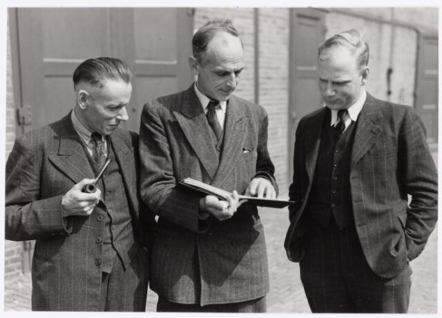 """039141 - Volt, Algemeen, Groepsfoto. V.l.n.r. de heren: Lahay, Bedrijfs Mechanisatie; Ten Broeke, Technische Voorcalculatie  en Ir. Vroom, Bedrijsbureau in circa 1950. Kort hierna ging Lahay met pensioen en stichtte verenfabriek """"Het Zuiden"""".  Volt was indertijd bij dit bedrijf een grote afnemer."""