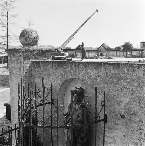 072416 - Beeld van Onze Lieve Vrouw aan het Oranjeplein. Achter het beeld de bouw van winkelcentrum de Hovel op het voormalige fabriekscomplex van Pijnenburg's Weverijen.