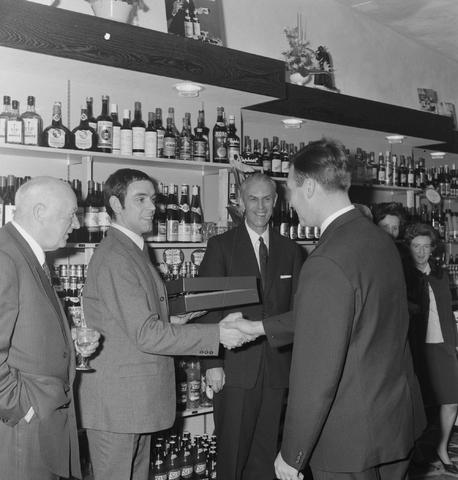 1237_013_001_008 - Wijn . Wijnhandel. Opening Wijnhandel van Bilsen 1968. Filiaal Korvelseweg. Slijterij