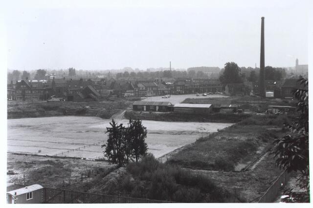 024271 - Bouw van de ondergrondse parkeergarage onder het Koningsplein. Uiterst rechts op de achtergrond de inmiddels afgebroken kerk van de parochie Broekhoven II
