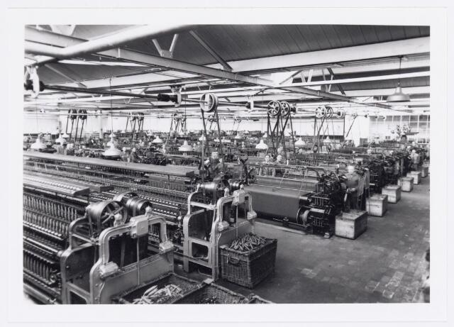 038088 - Textielndustrie. Interieur van de twijnerij en weverij van N.V. Wollenstoffendabriek Triborgh