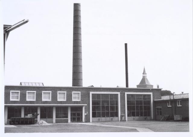 019443 - Texielindustrie. Ketelhuis van wollenstoffenfabriek H.F.C. Enneking aan de Goirkestraat. Op de achtergrond de Goirkese kerk