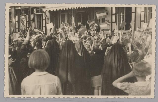 083560 - WOII; WO2; Hulde door schoolkinderen aan Koning Leopold en aan Koningin Wilhelmina die evenals prinses Juliana staan op bordes landgoed Anneville (na bevrijding in 1945 van Zuid-Nederland)