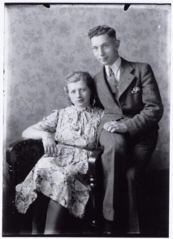 049824 - Foto van een onbekend Tilburgs echtpaar uit ´Je Taalboek´ van frater Victor van Nispen.