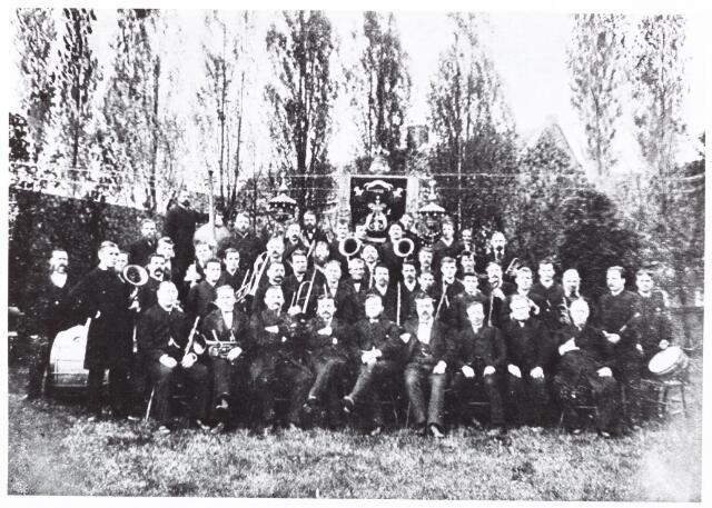 052632 - Werkende leden van de Nieuwe Koninklijke Harmonie 1884. vlnr onderste rij: Al. Herculeyns, J. v Nunen, H. vd Pas, H. Meelis, Jac. v Roessel, J. Casteleijns, J. Verschuuren, J.C. Klijsen. werkende leden: Hautbois  Ant. Woestenbergh, clarinet Mich. Emmen en Frans Henkens.