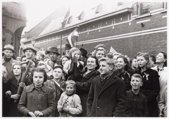 013338 - WO2 ; WOII ; Tweede Wereldoorlog. Bevrijding. Blije gezichten in de Kloosterstraat nabij de Philharmonie. In het midden mevrouw Hendrikx met haar dochtertje op de arm