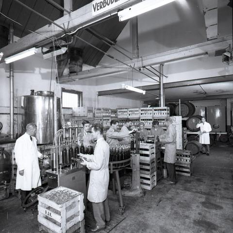 654335 - Industrie. Bottelen van wijn.