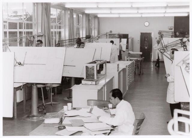 039471 - Volt, Technische Afdelingen,  De tekenkamer van de afdeling Bedrijfsmechanisatie omstreeks 1970 op de eerste verdieping van hal ND op complex Noord. V.l.n.r.: Jo Staps en Toon Mols, op de voorgrond Theo Kwee, achterin Jan v. d. Brink en uiterst rechts Richard van Riel.