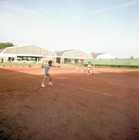 D-000336-1 - Tennissers op een tennisbaan van Club Pelikaan (bouwbedrijf Pelikaan)