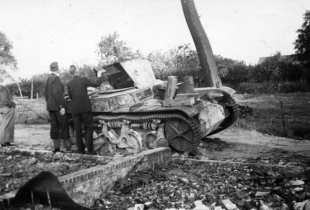 830000 - WO2: WOII; Tweede Wereldoorlog. Oorlogsjaren. Twee mannen inspecteren de resten van een vernietigde (franse) tank.