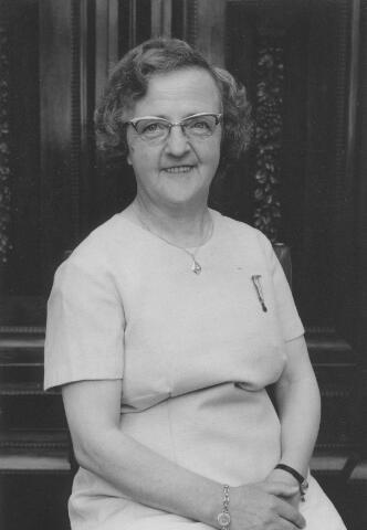 063945 - Personeel. Maria P.J. (Mietje) Robben was in 1967 45 jaar als kamrijgster werkzaam bij wollenstoffenfabriek A. & N. Mutsaerts. Zij kreeg bij deze gelegenheid de onderscheiding in de orde van Oranje Nassau in brons.